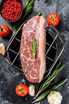 Rohes picanha oder top sirloin cap steak auf einem grill