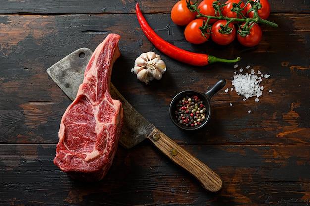 Rohes ribeye-steak auf fleischbeil