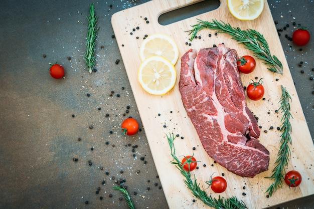 Rohes rindfleisch auf schneidebrett