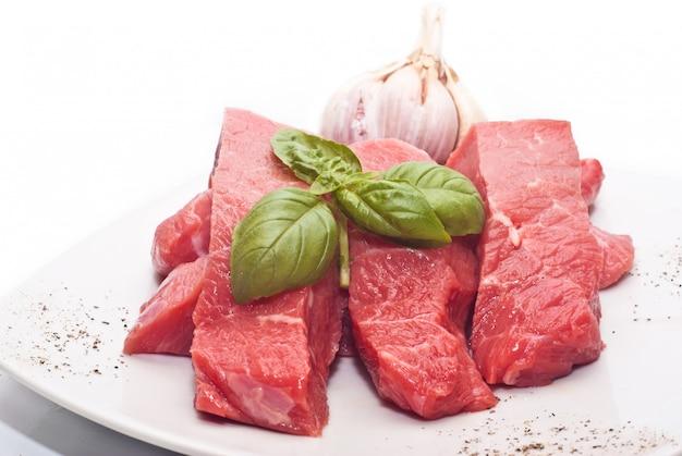 Rohes rindfleisch auf weiß