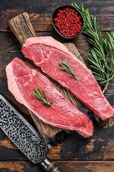 Rohes rindfleisch fleischkappe lendensteak auf einem schneidebrett