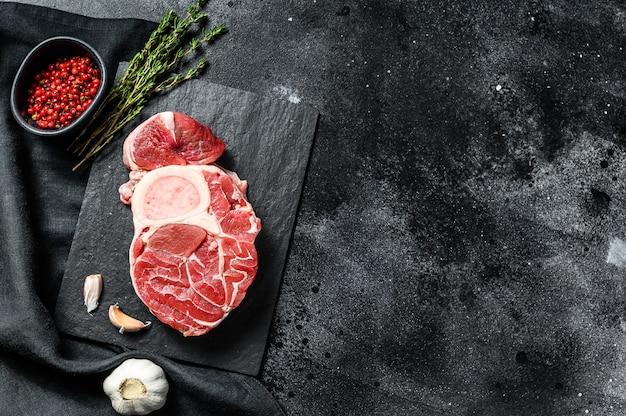Rohes rindfleisch ossobuco auf einem tisch mit gewürzen