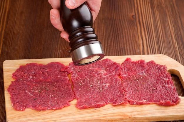 Rohes rindfleisch zubereiten