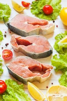 Rohes rotes fischsteak mit zitrone und gewürzen