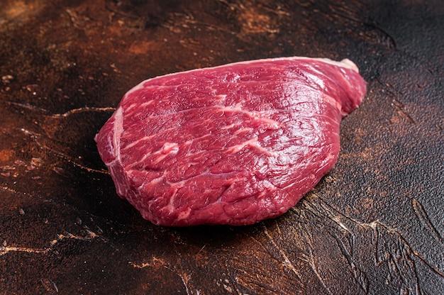 Rohes rump beef cut oder top sirloin fleischsteak auf metzgertisch. draufsicht.