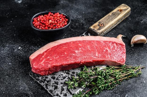 Rohes rumpffleischfleischsteak auf einem metzgerbeil auf holztisch. draufsicht.