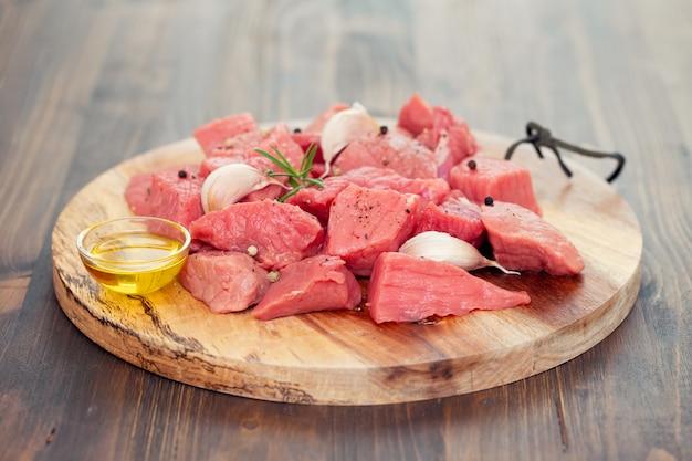 Rohes schweinefleisch auf holzbrett