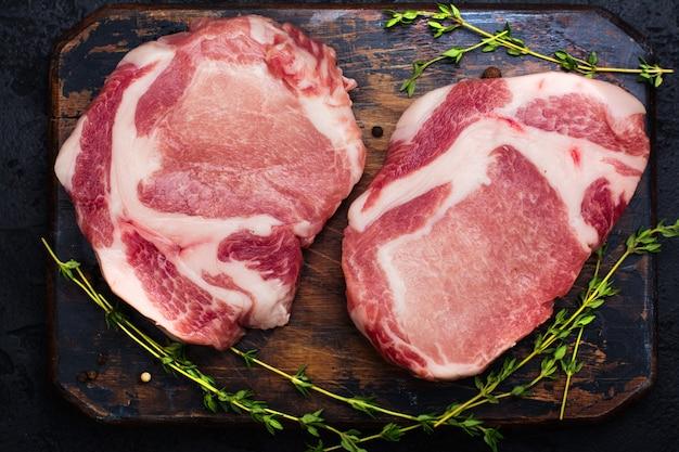 Rohes schweinefleisch auf holztisch
