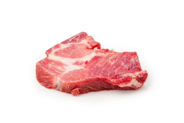 Rohes schweinefleisch isoliert auf weißer oberfläche