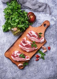 Rohes schweinefleisch und zutaten zum kochen. draufsicht