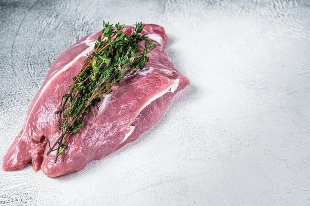 Rohes schweineschulterfleisch auf einem metzgertisch