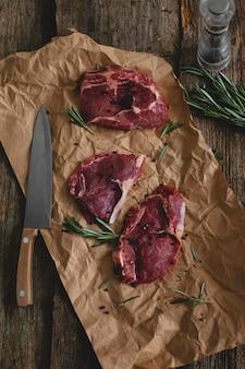 Rohes steak auf braunem papier