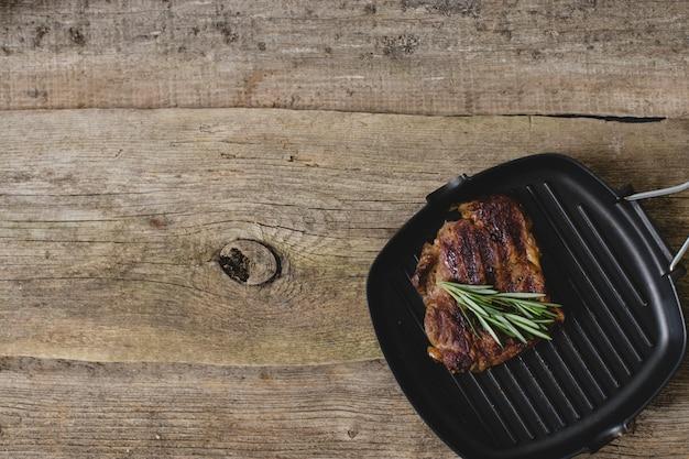 Rohes steak auf pfanne