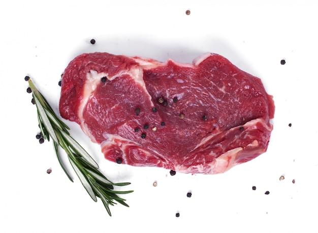 Rohes steak auf weißbuch
