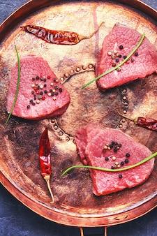 Rohes steak in der pfanne