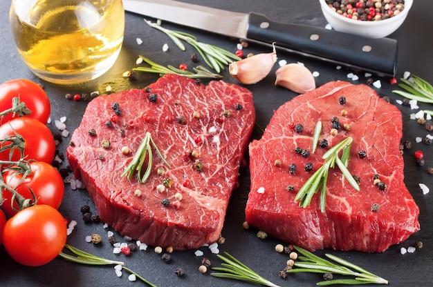 Rohes steak mit gewürzen und zutaten zum kochen. draufsicht