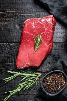 Rohes streifenlendensteak. rindfleisch. ansicht von oben