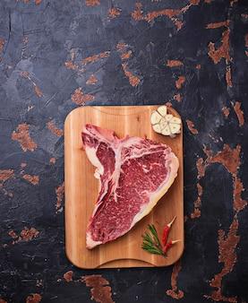 Rohes t-bone-steak mit gewürzen