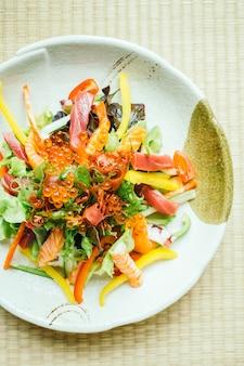 Rohes und frisches sashimi-fischfleisch mit gemüse
