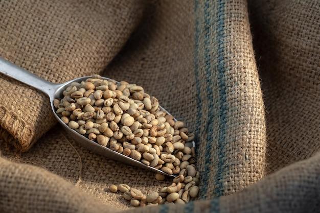 Rohkaffeebohne roh im sack mit schaufel