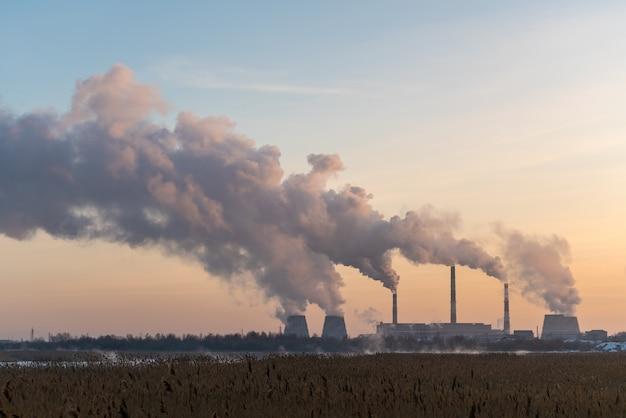 Rohre mit starkem rauch in der industriestadt im winter, tscheljabinsk, russland