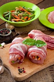 Rohstoffe zum kochen von gefülltem gemüse hühnerbrötchen