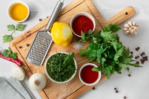 Rohstoffe zum kochen von grüner chimichurri-sauce