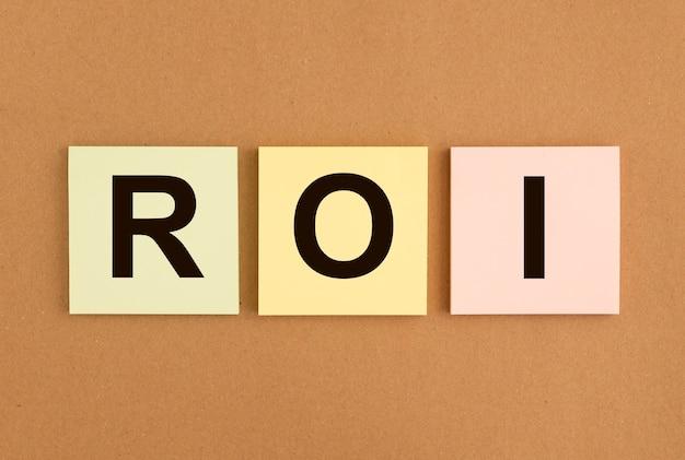 Roi return of investment text auf haftnotizen