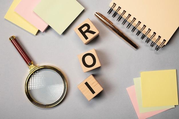 Roi return of investment text auf holzwürfeln