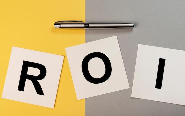 Roi return of investment text auf papieren