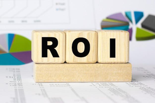 Roi-wort auf holzwürfeln. finanzkonzept