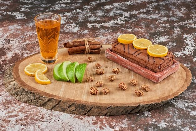 Rollcake und snacks auf einem holzbrett.