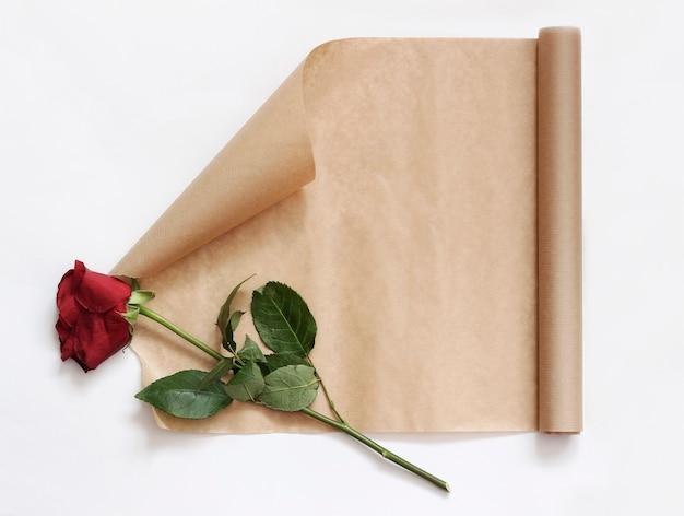 Rolle bastelpapier und eine verwelkte blume