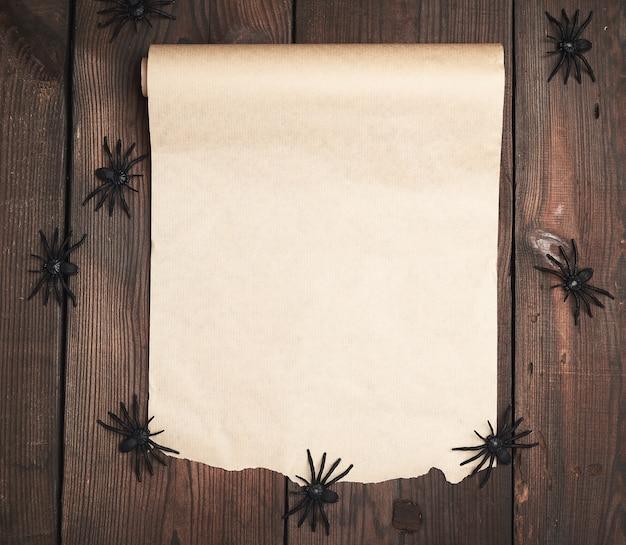 Rolle des ungedrehten braunen papiers auf hölzernem