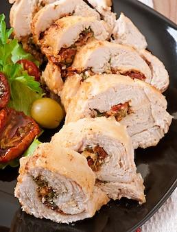 Rolled chicken mit spinat und sonnengetrockneten tomaten
