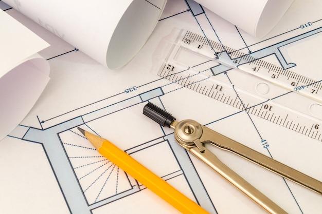 Rolled house diagramme und zubehör zum zeichnen liegen