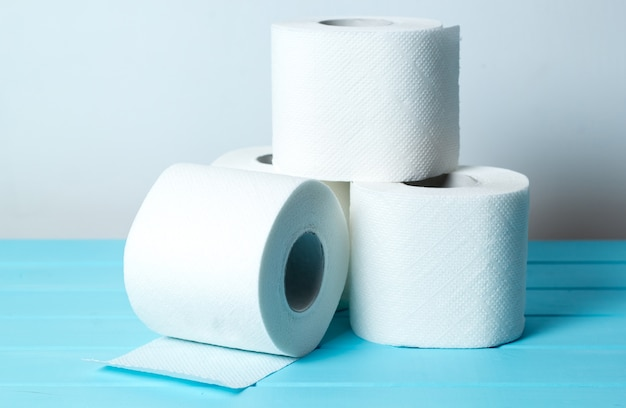 Rollen mit toilettenpapier. hygieneprodukte.