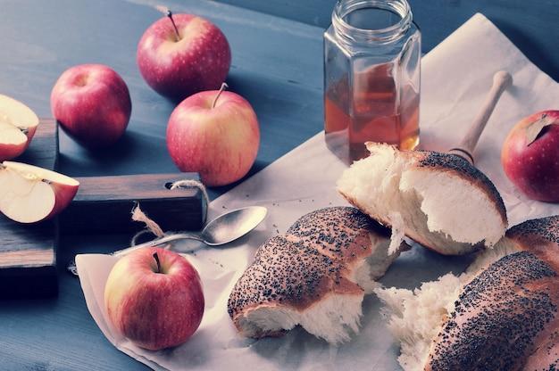Rollen sie mit dem mohn, zerrissen in stücknahaufnahmeschuß - äpfel und honig