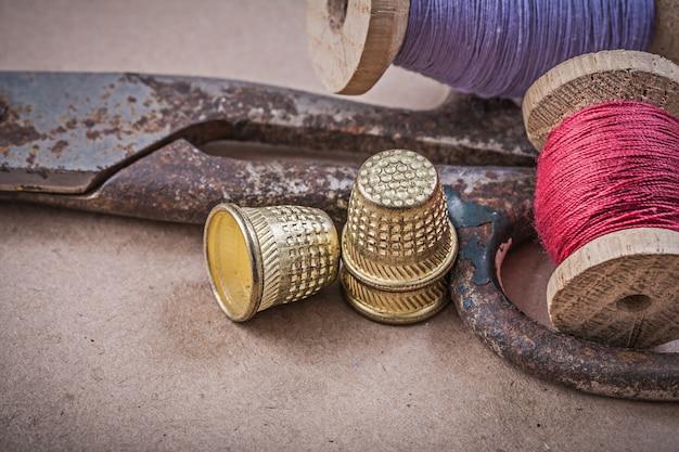 Rollen von nähfäden fingerhut schere auf vintage-tisch