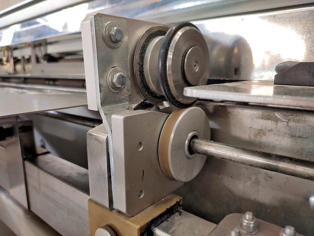 Rollen zum schneiden von papier. selbstschärfende messer in der produktion