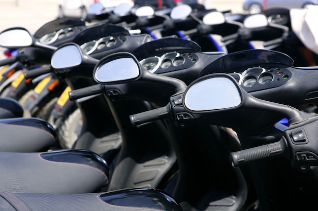 Rollermotorräder in folge mit perspektive