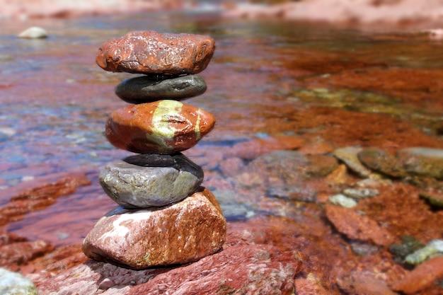 Rolling stones stapelten roten rodenokalkstein im fluss