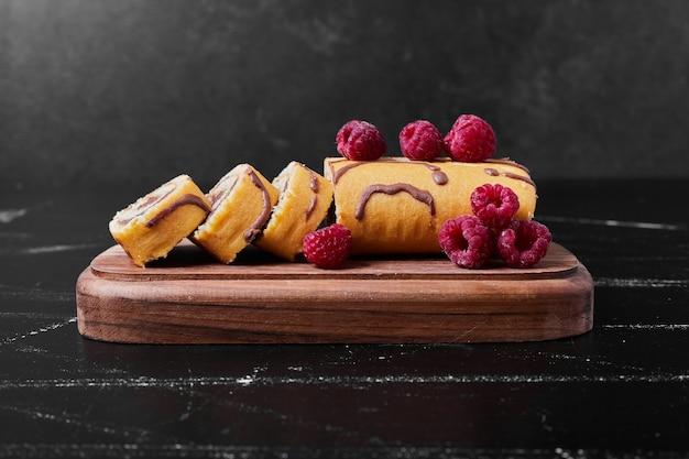 Rollkuchen mit beeren auf einer platte