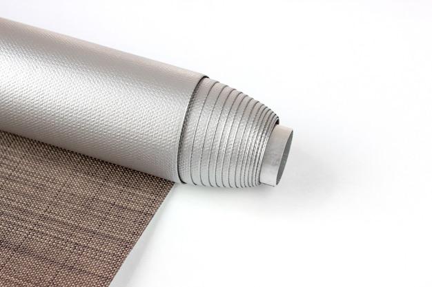 Rollos werden aus texturmaterial hergestellt. farbrollo zur verdunkelung.