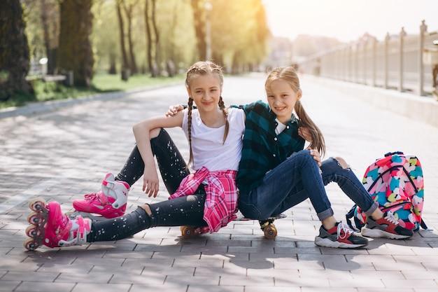Rollschuhlaufen mit zwei freundinnen