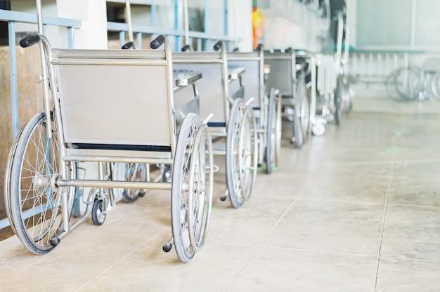 Rollstühle im krankenhaus, rollstühle warten auf patientendienste. mit leichtem kopierraum im linken bereich