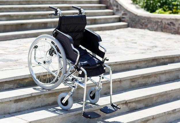 Rollstuhl in der nähe der treppe.
