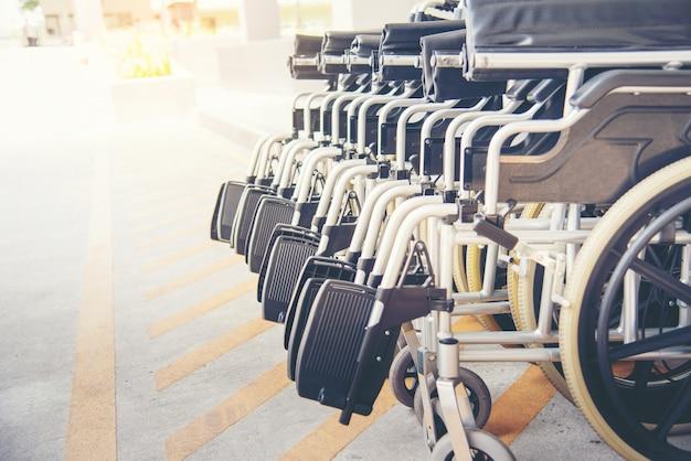 Rollstuhlrolle mit dem harten sonnenlicht.
