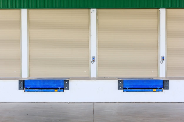 Rolltor und dock leveler rampe außerhalb fabrikgebäude