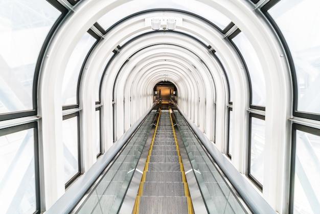 Rolltreppe im schwimmenden garten observatorium gebäude